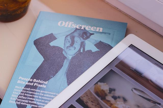 雑誌とタブレット端末