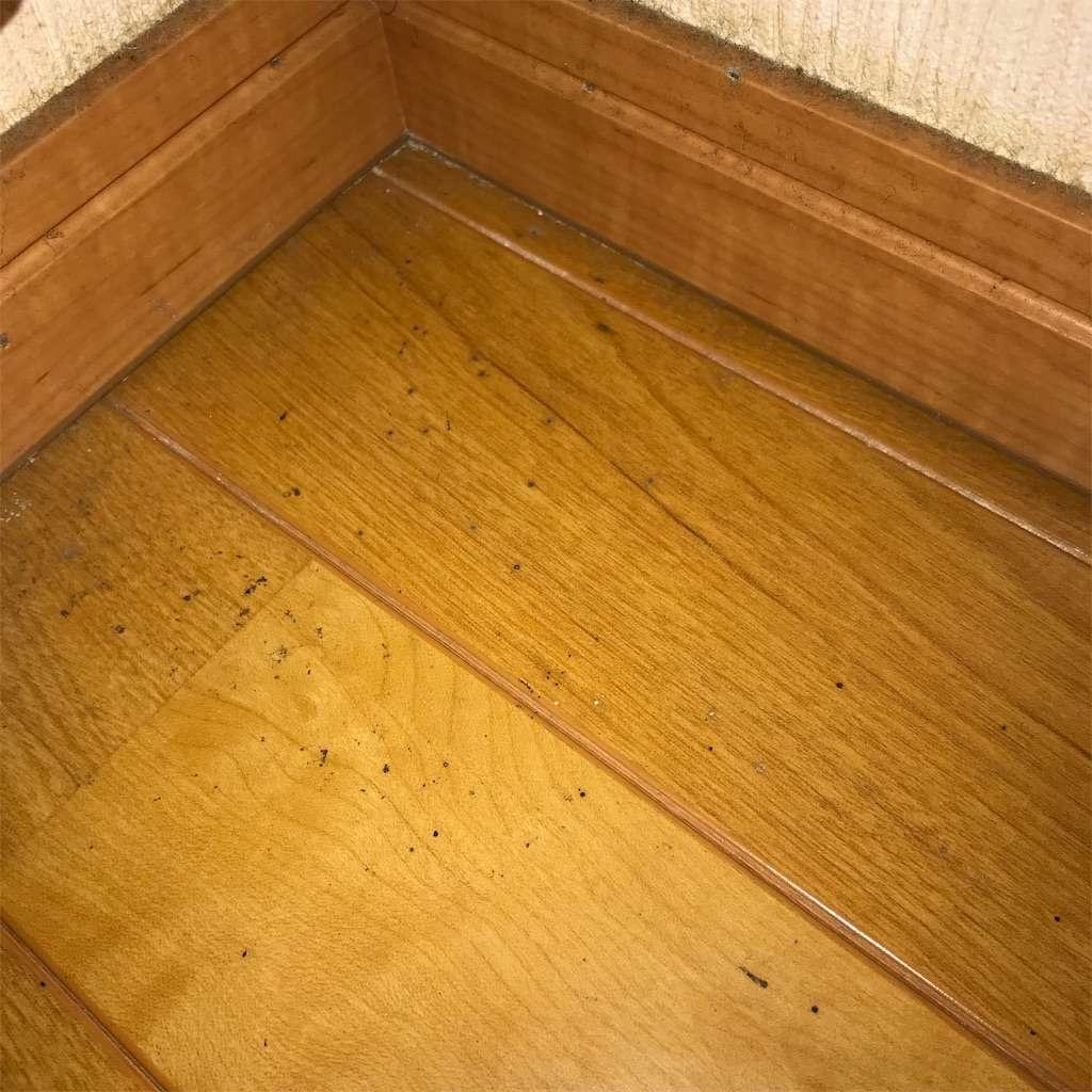 床と壁の汚れ