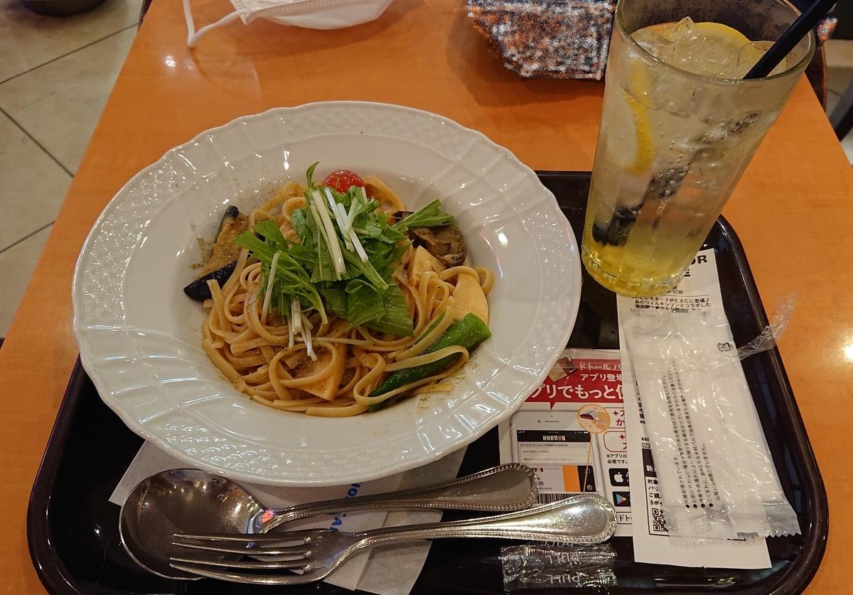彩り野菜の和風パスタとレモネードソーダ