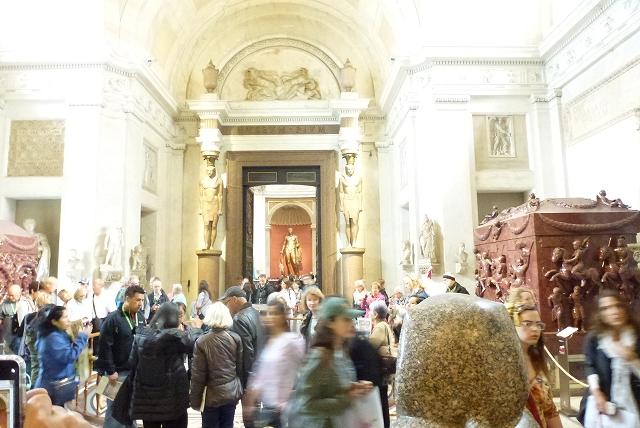 バチカン美術館 人があっちからこっちから