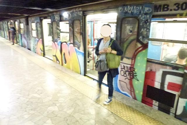 ローマ 地下鉄 落書き