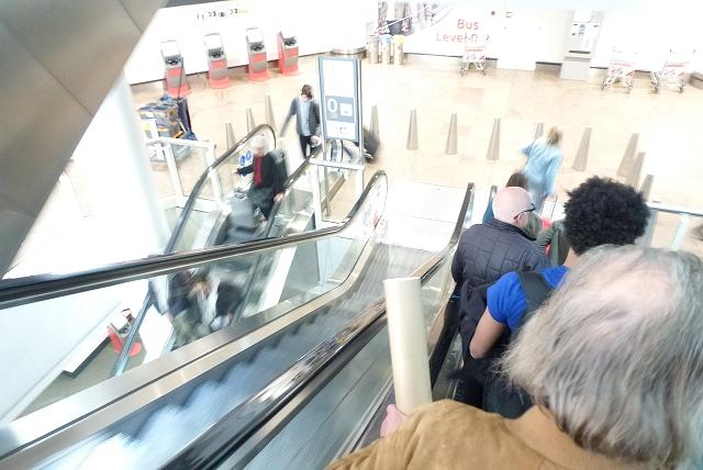 ブリュッセル空港 エスカレータ