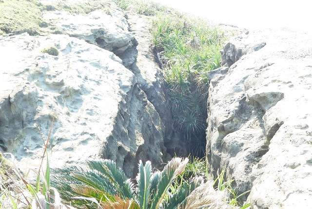 与那国島 クブラバリは幅が3~5mある岩の裂け目。