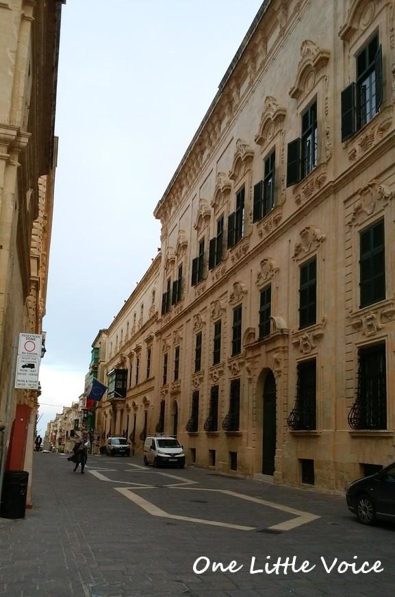 マルタ 留学 バレッタ 観光 中世 建物 夕方 夜 フードコート 夕食 ご飯 カフェ
