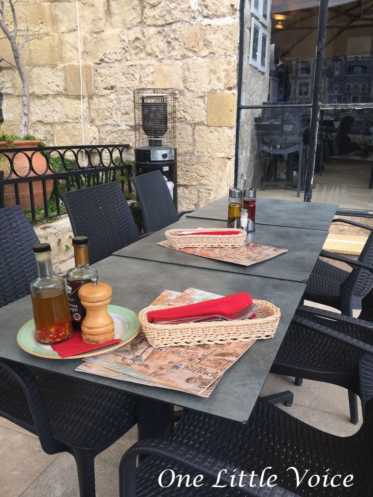 マルタ 留学 バレッタ 観光 花びら ジェラート 中世 建物 昼間 夕方 ご飯 カフェ