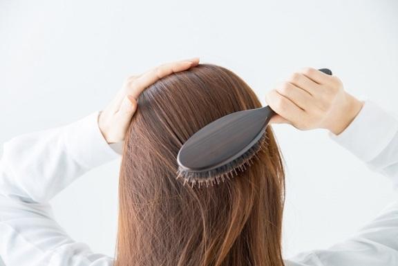 女性 白髪 対策 20代 30代 40代 血行促進 マッサージ 紫外線 ストレス 加齢 アヴェダ aveda パドルブラシ