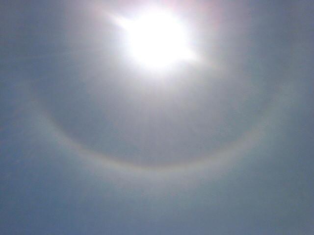 太陽に虹がかかってる