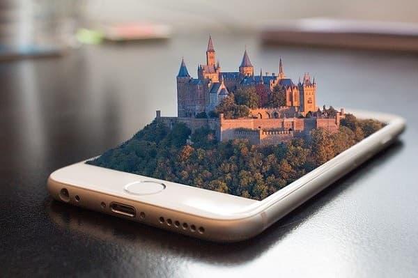 携帯からお城が出てるイメージ画像