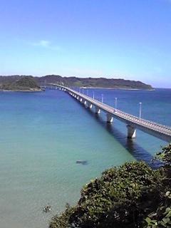 角島大橋。エメラルドグリーンの海とマッチして美しい。