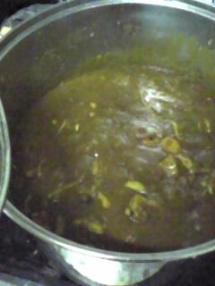 いい感じにカレー煮えてきた。あとはご飯炊けるのを待つのみ。