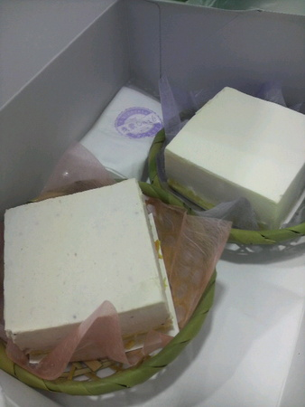 お豆腐!とみけかけてチーズケーキなのです。奥がプレーンで手前が苺