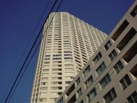 明治学院大学前に聳え立つ高層マンション