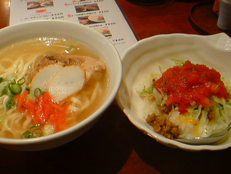 みしょーれ奄美にてランチ中。タコライスと沖縄そばが美味!