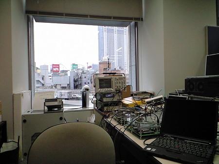 現在の作業場光景。窓から見える道路は首都高。WINSや芳文社やSA NYOと