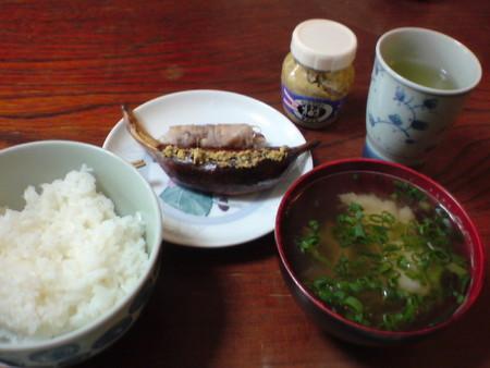 朝食鱧 の擂り身のお吸い物、手作りウインナ、シメジの豚肉巻