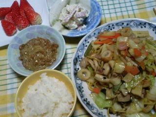 晩ご飯:海鮮焼きそば、サラダ、納豆