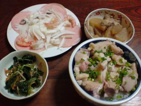 夕食鶏 肉の炊飯器炊き、蛸と剥きエビのマリネ、ホウレン草の和え物