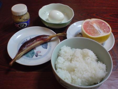 朝食手 作りウインナ、グレープフルーツ、ゆで卵