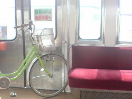 電車の中にママチャリが普通に持ち込んでるよ(*_*)