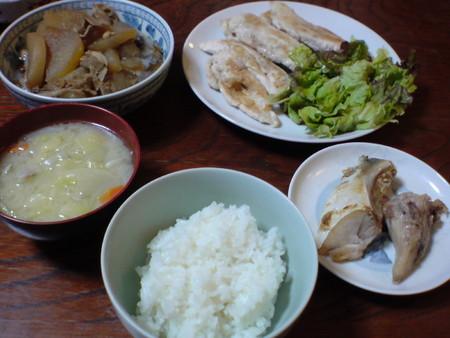 夕食キ ャベツと大根と人参・豚肉の味噌汁、マグロのカマ焼き、鶏肉