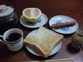 朝食ト ースト、ウインナ、グレープフルーツ、コーヒー