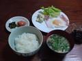 朝食ベ ーコンエッグ、ワカメの味噌汁、明太子、高菜漬け