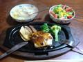 夕食チ ーズハンバーグ、ベーコンポテト・キャベツ&コーンのスープ