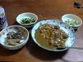 夕食家 カレー、コーンサラダ、ホウレン草ともやしのお浸し、牛肉と