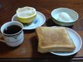 朝食ト ースト、ゆで卵、グレープフルーツ、コーヒー