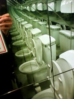 トイレが総鏡張り。
