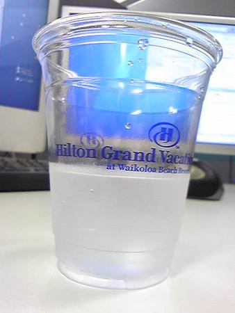 水を飲んでいます。