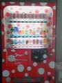 松本市美術館にあった水玉模様のコーラの自販機。草間彌生の関係ぽい