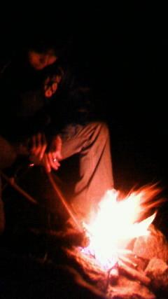 焚き火番。生木しか落ちてなくて大変やった。