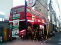 店の写真。とても…ロンドンバスです。