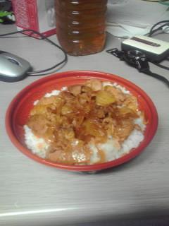 夕食は近くのスーパーで買った豚キムチ丼
