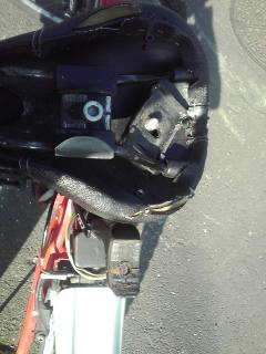 何てこった!自転車のフレームとサドルを繋ぐネジが折れてしまった!