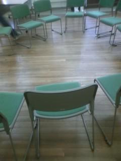 オフ会で円座に用意した椅子 蒸し暑い…