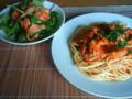 [かじ][ごはん]川蟹のトマトクリームリングイネ、スモークサーモンのサラダ