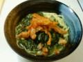 [かじ][ごはん]余ったモロヘイヤスープにパスタ入れて、カリカリにした鶏皮載せた