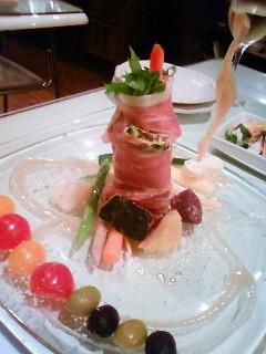 生ハムと10種の野菜のタワーサラダ。