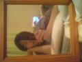 鏡に写して、寝転がった足元のテレビ見てる
