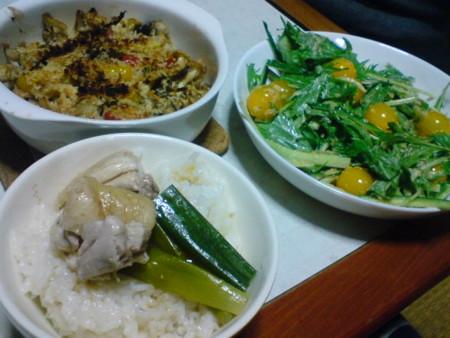 晩御飯。シンガポール風チキンライス、きのこのパン粉焼、サラダ