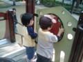 久々に公園出陣。早々に見知らぬお友達と遊ぶ娘。