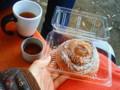おじいちゃんが急遽お休みになったので紅茶持って公園に来てパン食べ