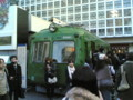 渋谷駅前にこんな電車あったっけ?レトロでいい感じ。