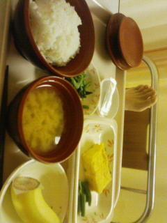 卵焼き、ほうれん草、バナナ、味噌汁、白米。1960年代の夕食か?