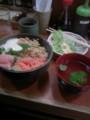 今日のお昼はなっとろサーモン丼。恵比寿駅前のくせに店内にAMラジ