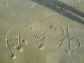 砂浜に懐かしのグループ名書いてみた。何度か波に消されつつ 撮影。