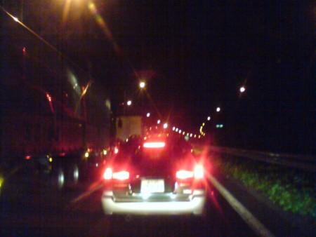八王子手前のモノレール橋辺りから渋滞しとる。BGMは電気でつくるグル
