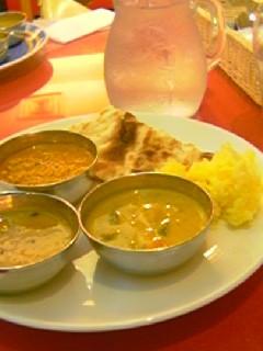 インドカレー食べ放題。ナンばっかお代わりしてる